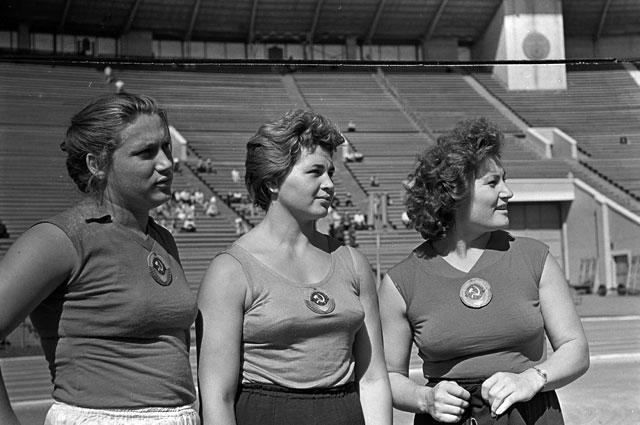 Всесоюзный день физкультурника, 1960 год. Участницы олимпийской сборной команды СССР Тамара Пресс, Евгения Кузнецова и Нина Пономарева (слева направо).