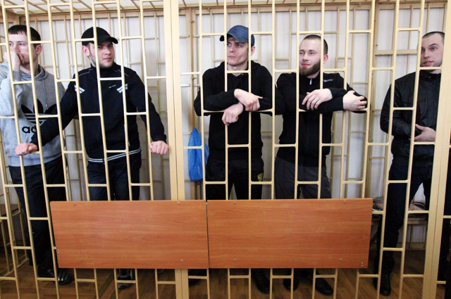 Участники банды «приморских партизан» Владимир Илютиков, Роман Савченко, Максим Кириллов, Александр Ковтун и Алексей Никитин (слева направо) в зале Приморского краевого суда во Владивостоке.