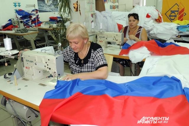 В швейном цеху происходит заключительный этап изготовления государственного флага России.