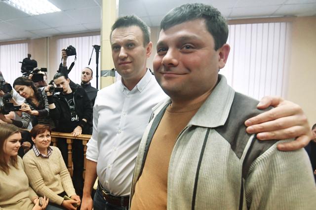 Алексей Навальный и Петр Офицеров перед началом заседания Ленинского районного суда Кирова.