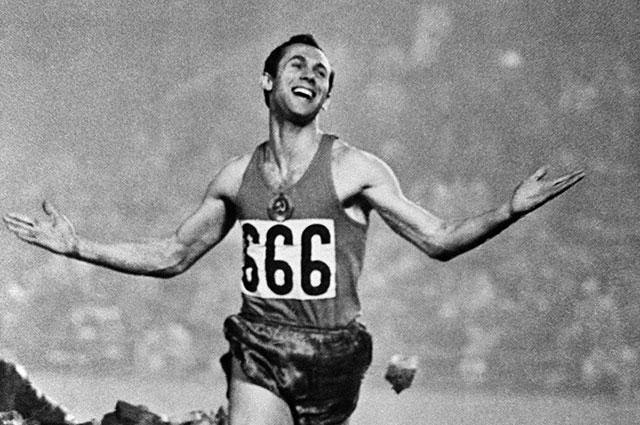 Валерий Брумель после победного прыжка в высоту на XVIII Олимпийских играх в Токио.