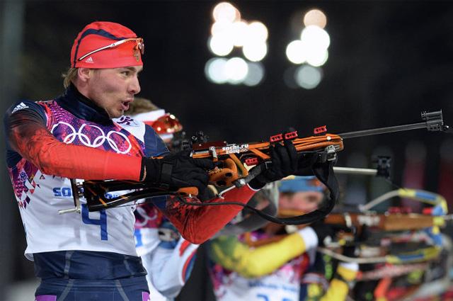 Антон Шипулин (Россия) на огневом рубеже гонки преследования в соревнованиях по биатлону среди мужчин на XXII зимних Олимпийских играх в Сочи