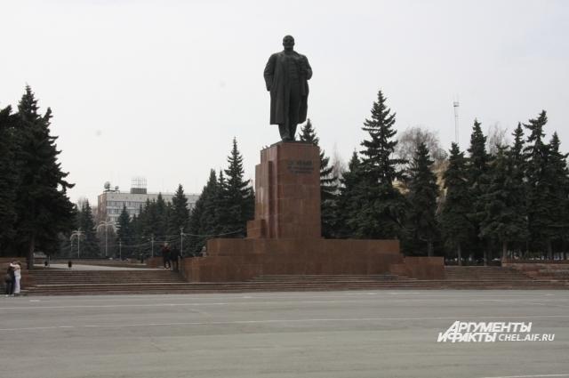 историки по-разному оценивают действия Ленина.