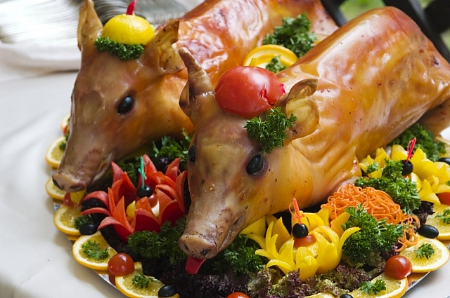 Фаршированный поросенок - главное блюдо крещенского стола.