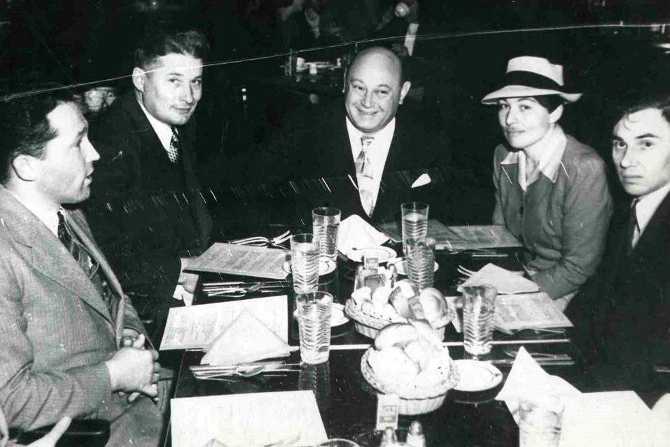 В голиивудской компании моряк Анна (вторя справа) выглядела  вполне по мужски.
