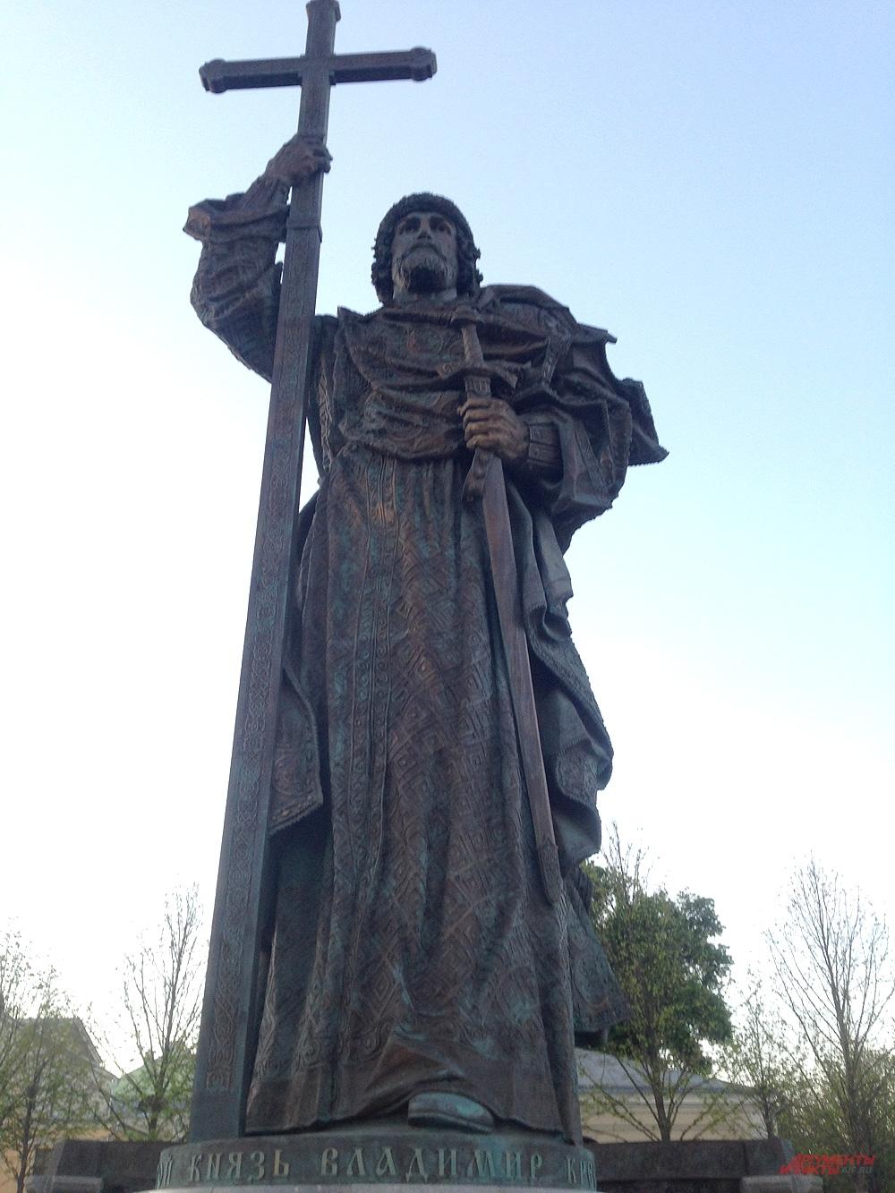 Памятник  святому князю Владимиру у стен Московского Кремля.