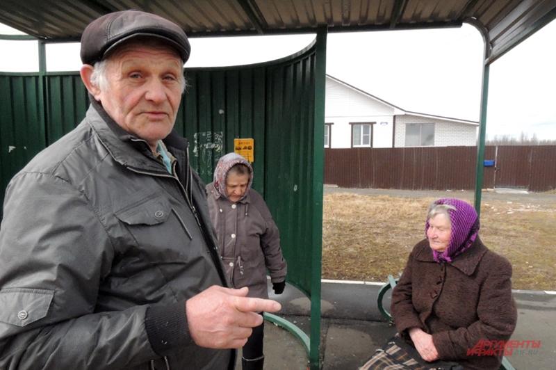 На автобусной остановке местные пенсионеры, среди них Александр Капитанов