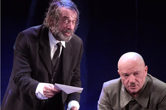 Владимир Машков и Андрей Смоляков в сцене из спектакля «Матросская Тишина». 2019 год.
