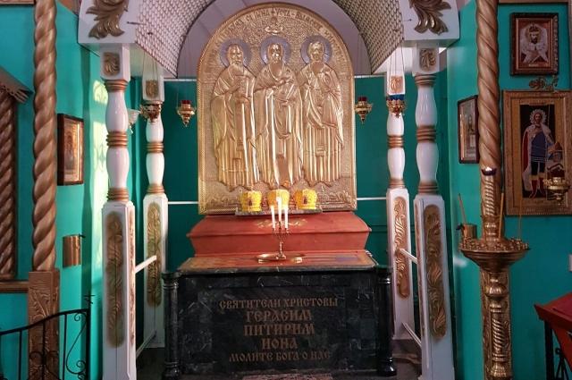 Святые мощи покоятся в бывшем кафедральном соборе в Усть-Выми.