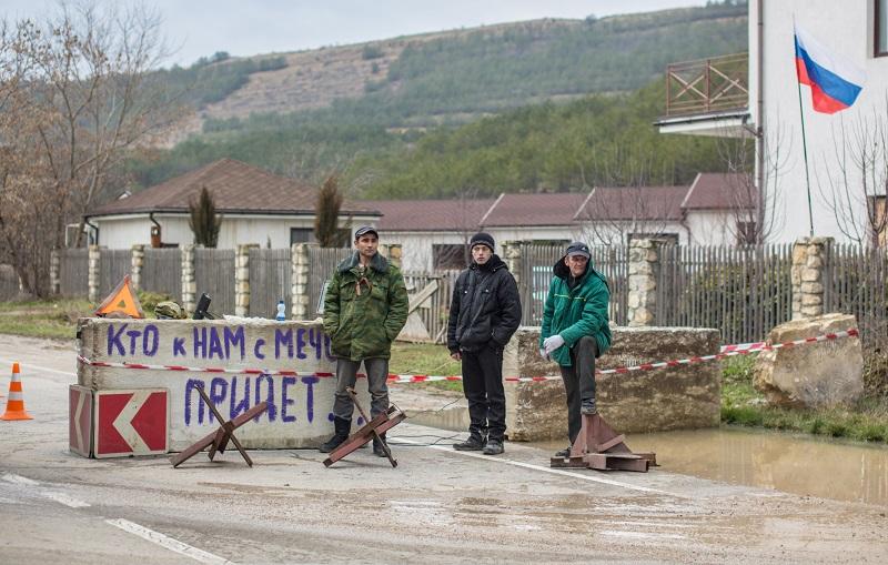 Члены отряда самообороны Крыма на блокпосте на дороге Симферополь - Севастополь.