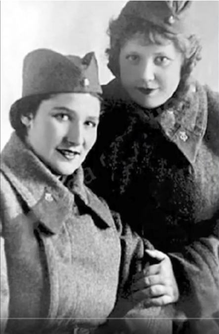 Эмилия Трейвас (справа) с подругой на фронте.