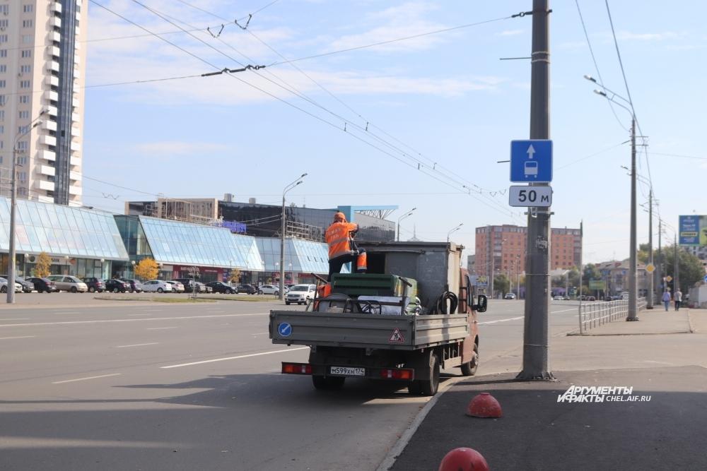 Знаки предупредят водителей о начале выделенной полосы.