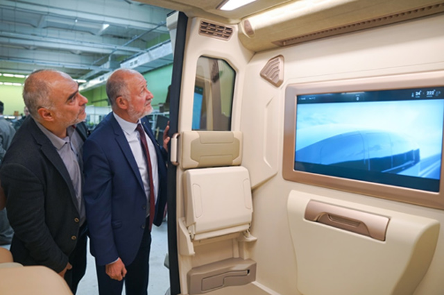 А. Юницкий и руководитель производства А. Синкевич осматривают салон новой машины — юникара в тропическом исполнении.