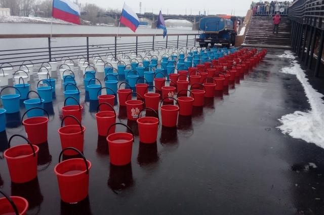 Ведра с ледяной водой подготовили заранее.