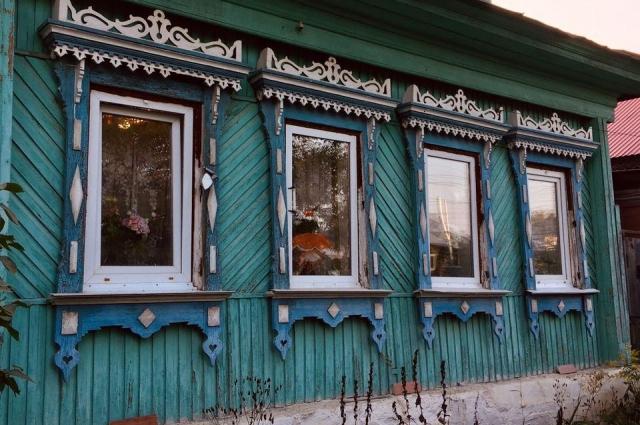 Некоторые жители Сысерти вместо деревянных окон ставят стеклопакеты, но наличники обязательно оставляют.