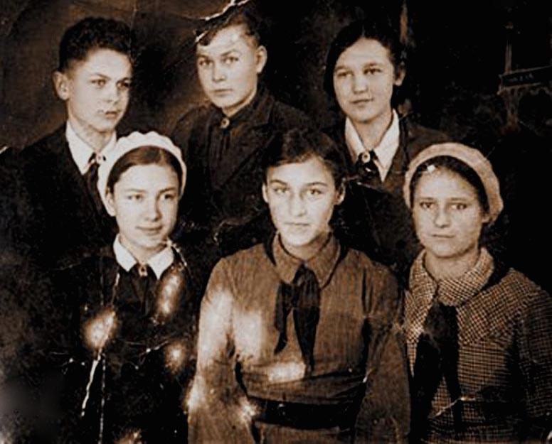 Ноябрина (ряд снизу, в центре) с сёстрами и братьями, 1930-е годы.