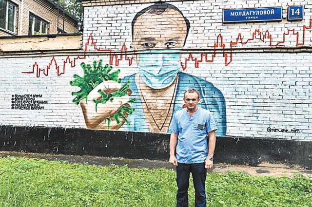 лавному врачу, борющемуся с эпидемией коронавируса, посвятили граффити.  Рисунок появился на фасаде здания на  ул. Молдагуловой, д. 14, в Москве. Автор  граффити – художник Роман Лозовой.