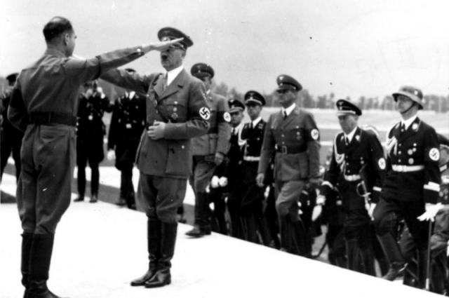 Гесс приветствует фюрера на открытии съезда НСДАП в 1935 году.