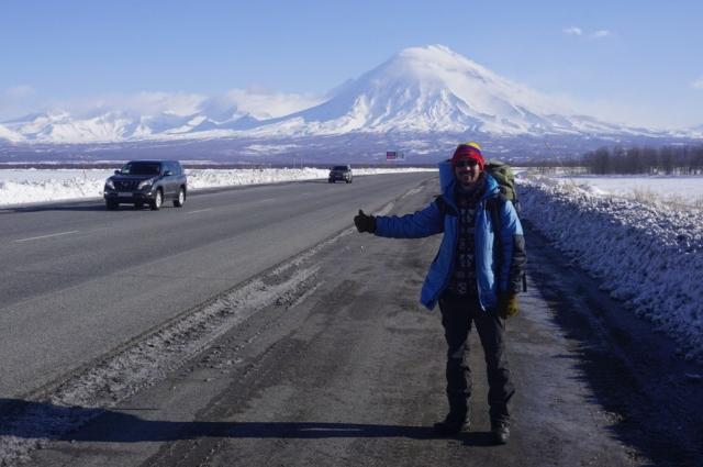 Путешественник часто передвигается автостопом.