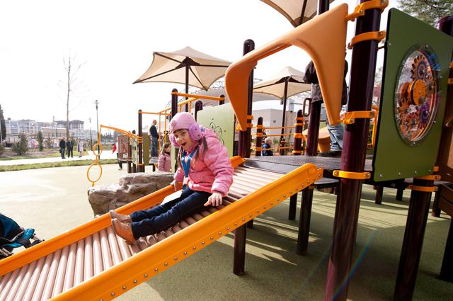 На безбарьерной игровой площадке в Сочи детки с ограниченными возможностями здоровья могут играть вместе со здоровыми сверстниками