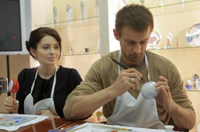 Сергей Семак с супругой Анной принимают участие в росписи пасхальных яиц на Императорском фарфоровом заводе. 2011 год