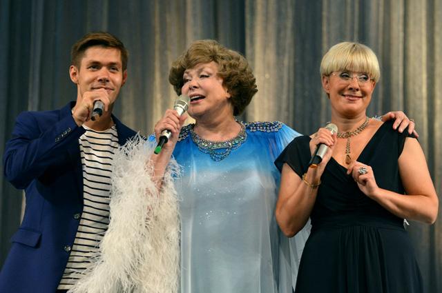 Эдита Пьеха с внуком Стасом и дочерью Илоной Броневицкой