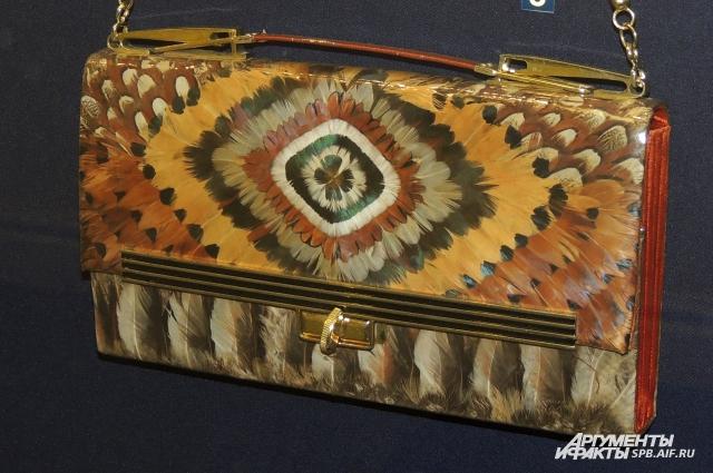 Эта сумочка сделана из запаянных в пластик перьев.