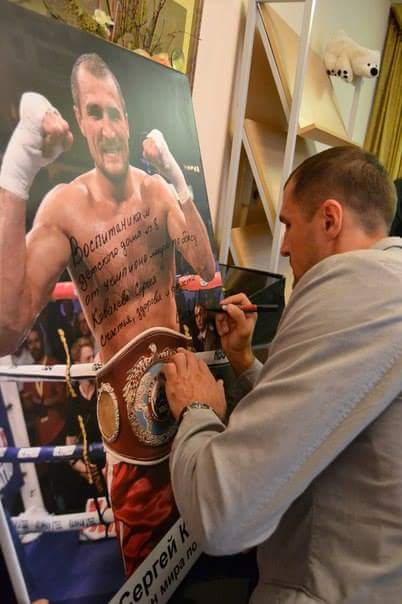 Автографом чемпиона мира воспитанники детдома гордятся.