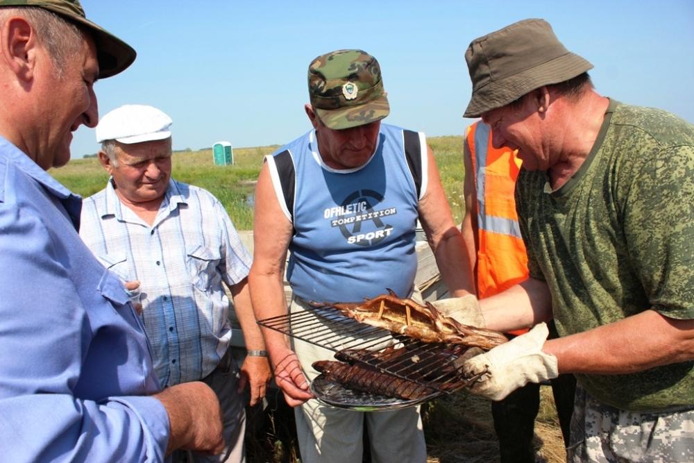 Участники соревнований и многочисленные болельщики были не прочь отведать на свежем воздухе и свежезакопчёной рыбки, а также прочих рыбацких яств.