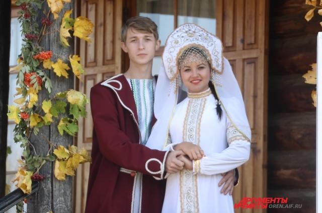 Вот так, по мнению устроителей праздника, должны были выглядеть Настенька и Чудище на своей свадьбе.