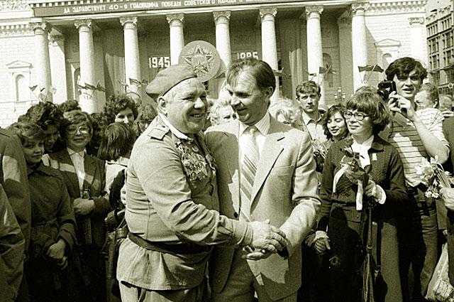 Виктор Тихонов со своим однополчанином на встрече ветеранов Великой Отечественной войны у Большого театра. 1985 год