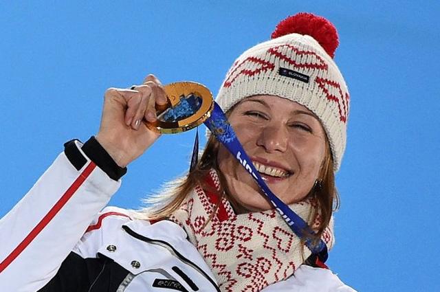 Анастасия Кузьмина (Словакия), завоевавшая золотую медаль в спринтерской гонке на соревнованиях по биатлону среди женщин на XXII зимних Олимпийских играх в Сочи, во время медальной церемонии