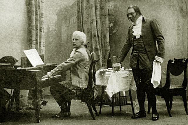 Василий Шкафер в роли Моцарта и Федор Шаляпин в роли Сальери в опере Николая Римского-Корсакова Моцарт и Сальери . 1898 год