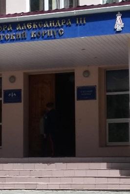 За дверью кадетского училища не всё спокойно.