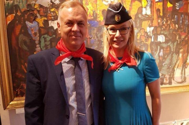 Анна Васильевна с удовольствием позировала на фоне картин.