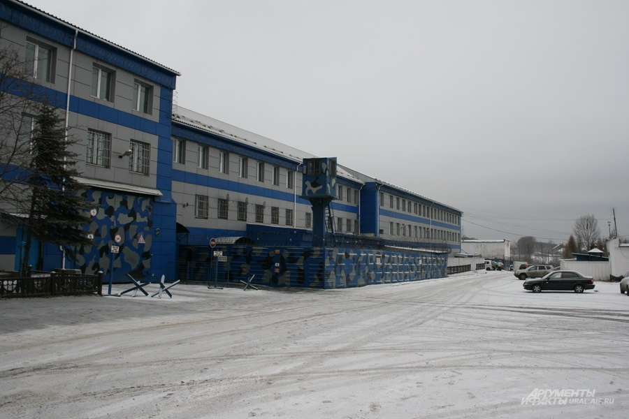 Снаружи ИК-13 напоминает обычное административное здание. Справа - вышка охраны.