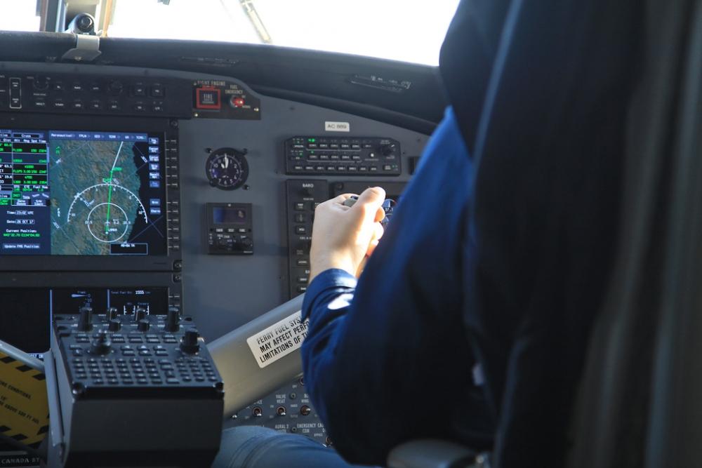 Техника и пилот ведут самолёт.