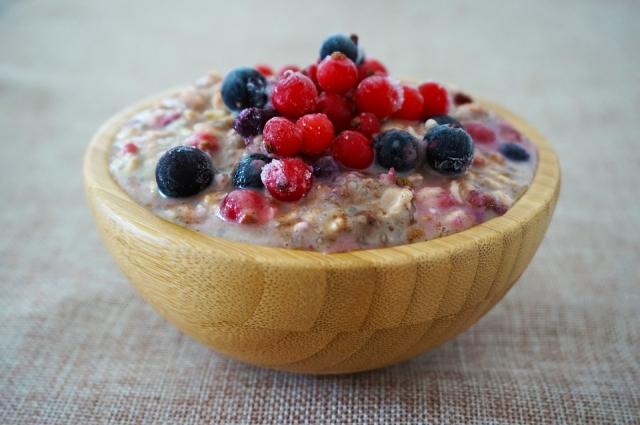 С фруктами и изюмом овсянка станет еще полезней и вкусней.