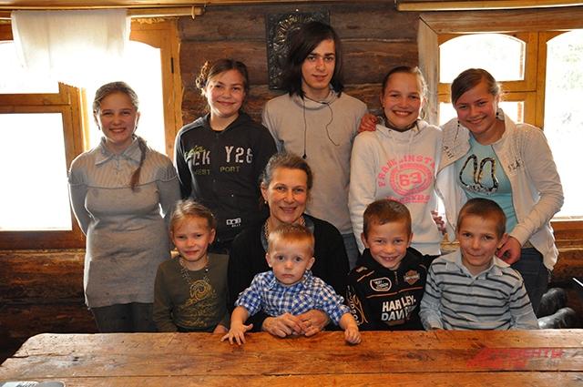 Марина Соловей с девятью младшими детьми
