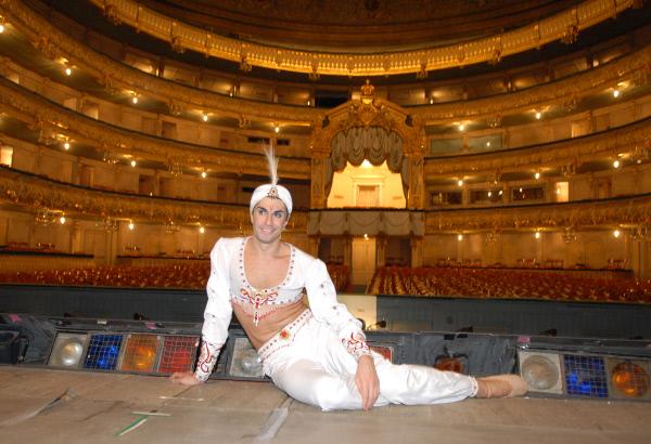 Николай Цискаридзе на сцене Государственного академического Мариинского театра перед спектаклем Людвига Минкуса Баядерка . 2007 год