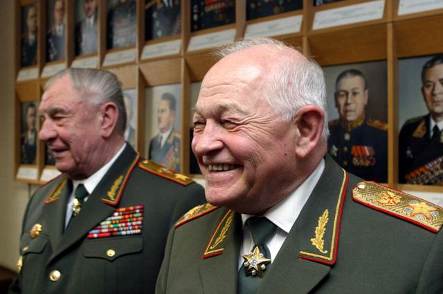 Маршал РФ Игорь Сергеев (справа) и маршал Советского Союза Дмитрий Язов на официальном приеме в Министерстве обороны по случаю 60-й годовщины Победы в Великой Отечественной войне 1941-1945 годов.