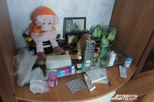 В квартире много лекарств и игрушек.