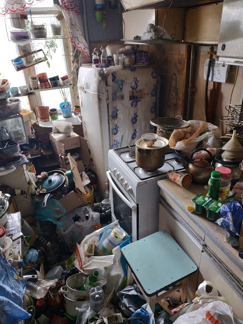 Газовикам пришлось разбирать завалы мусора, чтобы добраться до плиты.