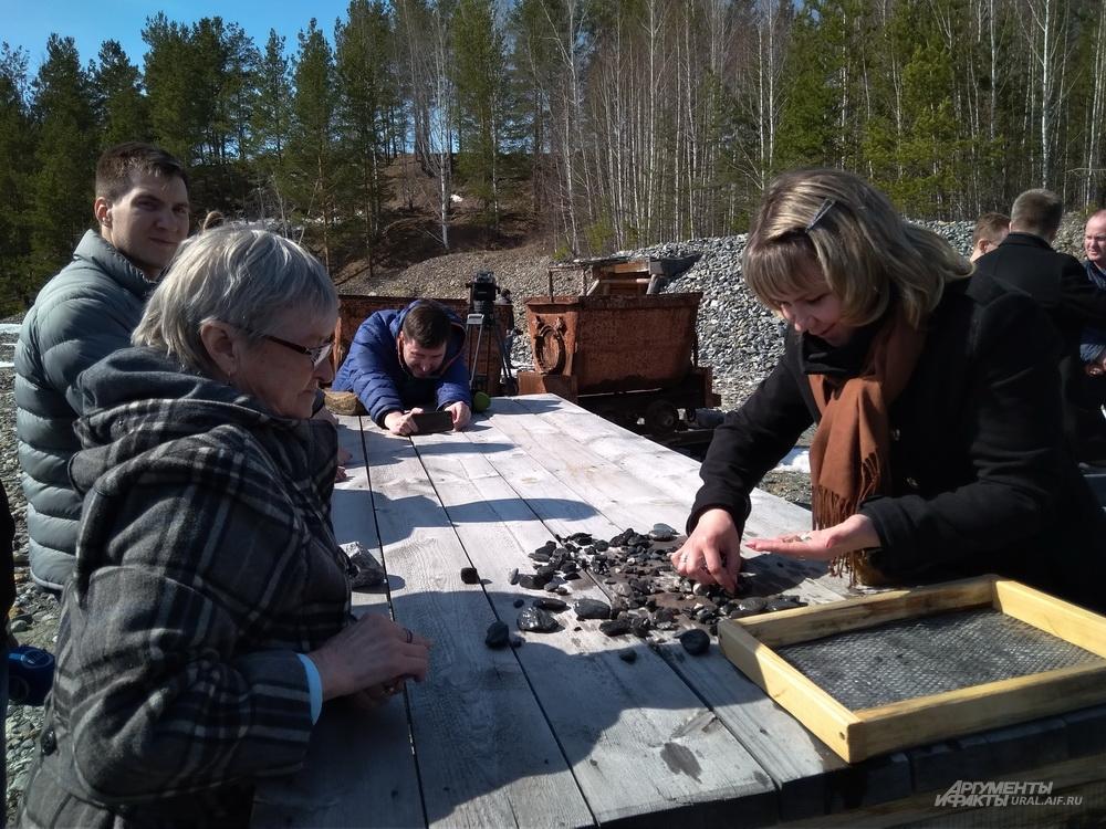 В завершение экскурсии участникам предложили аттракцион по промывке руды.