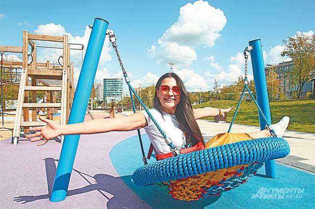 На детских площадках, отремонтированных по программе  «Мой район», весело и взрослым, и детям.