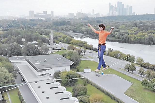 Чемпион России по хайлайну прошёл на высоте 55 метров над Гребным каналом в Крылатском. Последние 100 метров он двигался с чёрной повязкой на глазах.