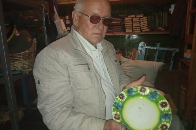 В руках Алексея Корнова тарелка 19 века.