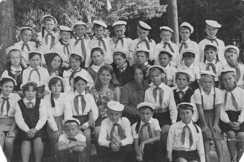 Эльфия Гарипова (в центре, между воспитательницей и вожатой)
