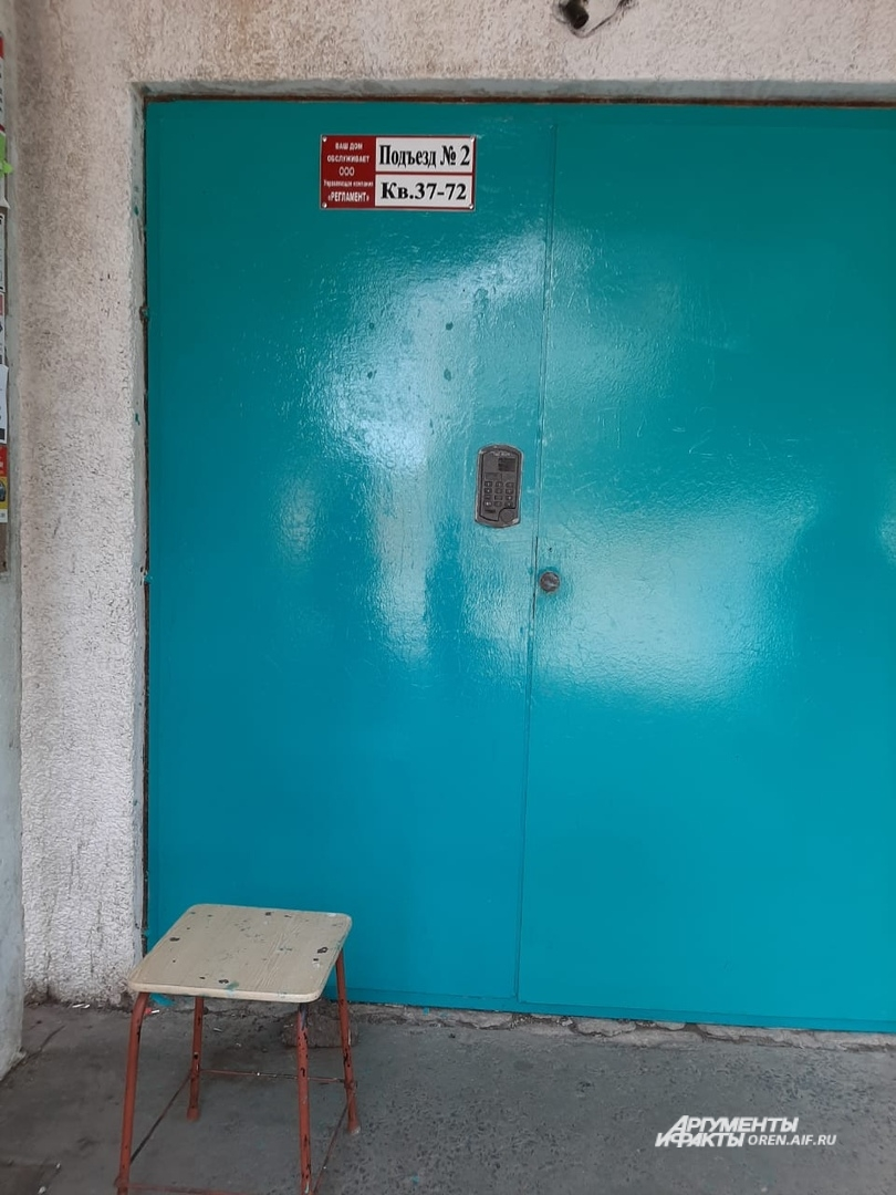 На свежепокрашенные двери подъездов прикрепили информационные таблички с номерами квартир, рядом на стенде повесили номера диспетчерских и аварийных служб.