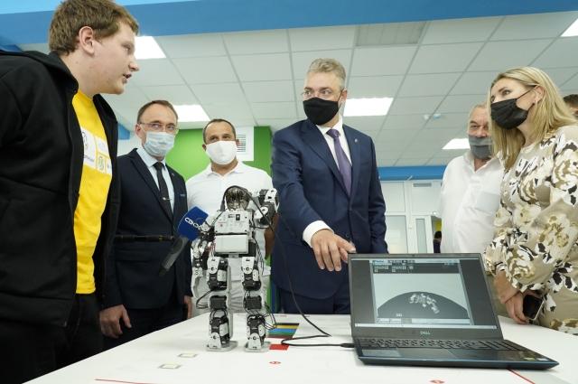 Губернатору Ставрополья устроили экскурсию по лабораториям и мастерским.